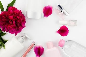 Fleurs et bouteilles cosmétiques encadrant l'espace circulaire