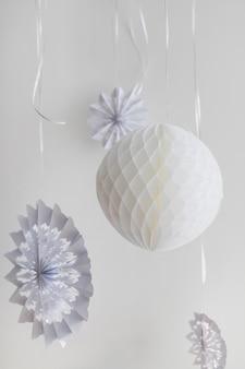 Flocon de neige et boule en papier d'ornement