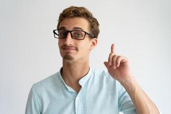 Fronçant confiant beau étudiant mâle ayant idée.