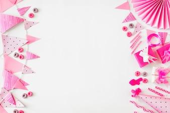 Froot Loops bonbons; cadeau d'anniversaire et accessoires de fête sur fond blanc