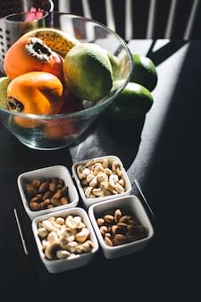 Fruits et noix sur la table de la cuisine