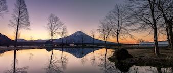 Fuji de montagne de fumotopara au crépuscule, Japon