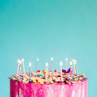 Gâteau de cuisine sur fond turquoise