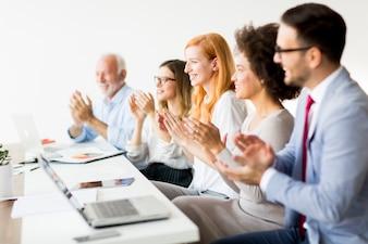 Gens d'affaires jeunes multiraciales claquer des mains au bureau