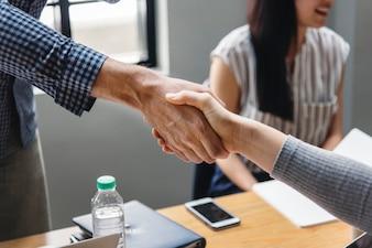 Gens d'affaires se serrant la main d'accord