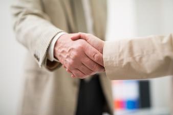 Gens d'affaires se serrant la main. Faible profondeur de champ