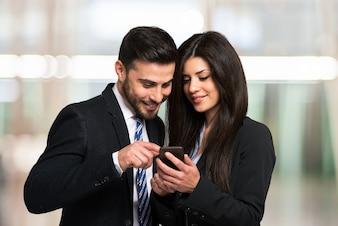 Gens d'affaires utilisant un téléphone portable