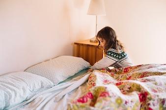 Girl, arrangement, bedsheet, chambre à coucher