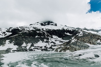 Glacier du Rhône dans les Alpes suisses en été