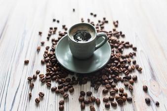 Grains de café autour de tasse avec expresso