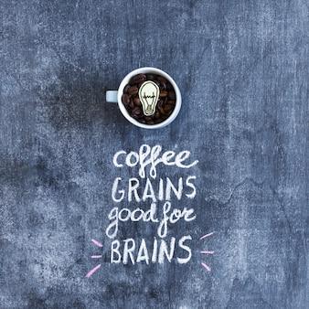 Grains de café torréfiés avec texte au tableau