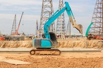 Grande excavatrice sur le nouveau chantier de construction sur ciel bleu