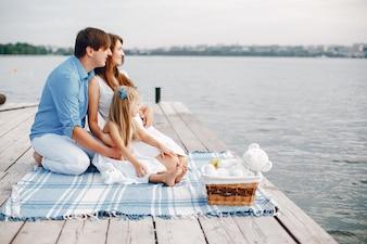 Grande famille près du lac