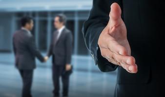 Gros plan d'homme d'affaires détenant la clé du concept de réussite