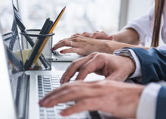 Gros plan, de, gens affaires, mains, sur, ordinateur portable, sur, les, bureau