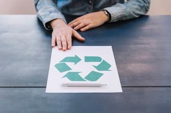 Gros plan, de, main, à, recycler, icône, sur, papier, à, stylo, sur, table bois