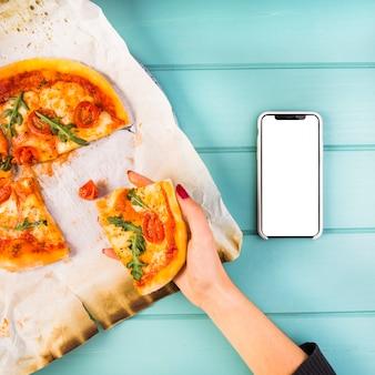 Gros plan, de, main femme, tenue, morceau de pizza