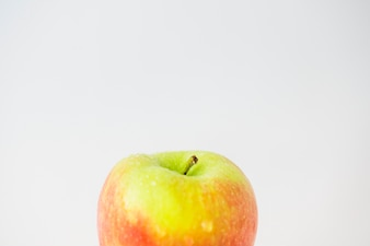 Gros plan de pommes fraîches sur fond blanc