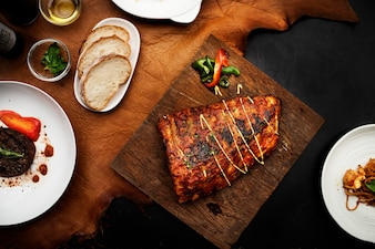 Gros plan de steak de côtes de porc sur le style de nourriture de planche de bois