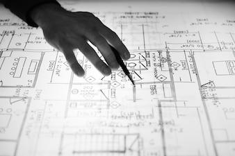 Gros plan du designer travaillant sur une mise en page