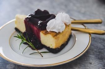 Gros plan du gâteau au fromage Burberry sur le plat