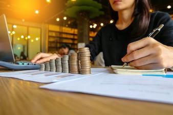Gros plan du propriétaire d'entreprise asiatique femme yong faire des calculs. Économies et finances con