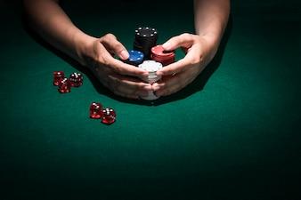 Gros plan, main humaine, tenue, pile, jetons casino