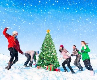 Groupe d'amis s'amusant dans la neige.