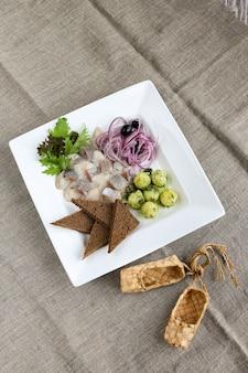 Hareng avec pommes de terre jeunes, oignons et toasts