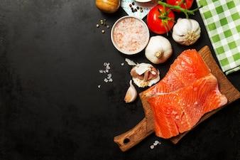 Herbes légumes saumon menu sain