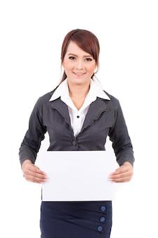 Heureuse femme souriante de jeunes entrepreneurs tenant une enseigne vierge, sur fond blanc