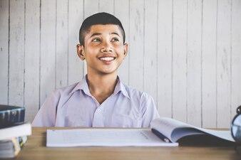 Heureux étudiant thaïlandais souriant à l'école