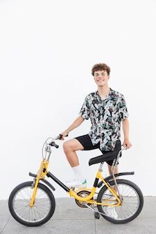 Heureux, jeune homme, à, vélo, debout, sur, trottoir