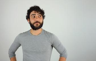 Homme avec une expression confiante portrait en studio