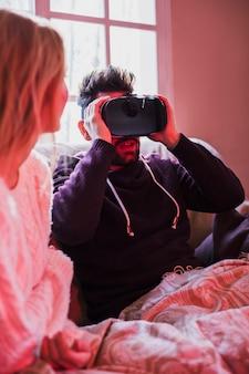 Homme choqué à l'aide de casque VR près de la petite amie