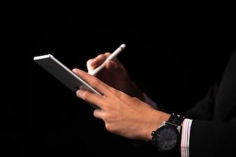 Homme d'affaires à l'aide de tablette smartphone pour travailler dans le bureau