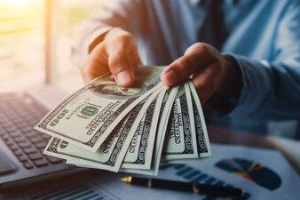 Homme d'affaires avec de l'argent en main