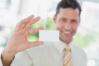 Homme d'affaires présentant une carte de visite vierge