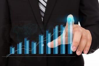 Homme d'affaires touchant la pointe d'un graphique à barres