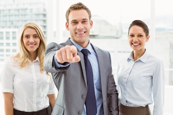 Homme d'affaires vous montrant avec des collègues au bureau