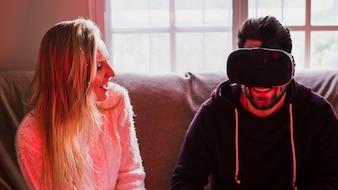Homme dans le casque VR près de la femme