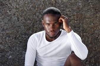 Homme de sport afro-américain avec un regard intense