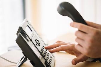 Homme en composant le numéro sur le téléphone