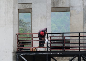Homme meulage sur la structure en acier en usine