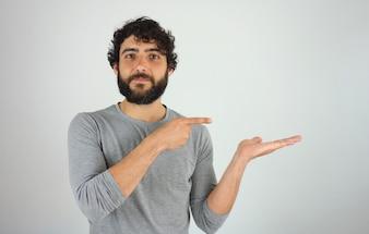 Homme montrant la direction et pointant avec le doigt