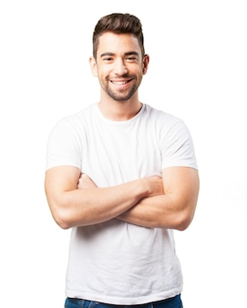 Homme souriant, les bras croisés