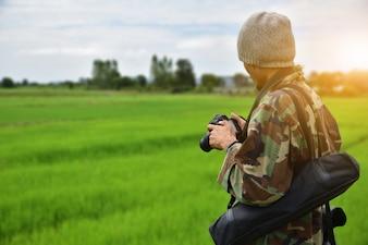 Homme tenant une caméra et utilisant prendre des photos de voyages en vacances Kanchanaburi Thaïlande