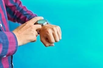 Homme utilisant une montre intelligente pour l'omnicanal