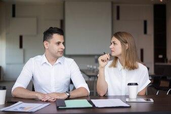Hommes d'affaires confiants parlant à une réunion ou un séminaire.