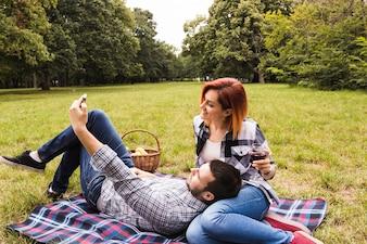 Jeune couple, apprécier, pique-nique, prendre, selfie, sur, téléphone portable